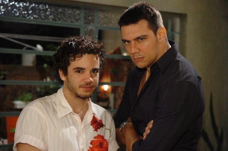 """2007 - Bernardinho (Thiago Mendonça), de """"Duas Caras"""", sempre foi incompreendido pela família por causa de seu jeito delicado. Apaixonou-se por Carlão (Lugui Palhares), que, a princípio, o desprezou. Mas no final os dois terminaram juntos"""