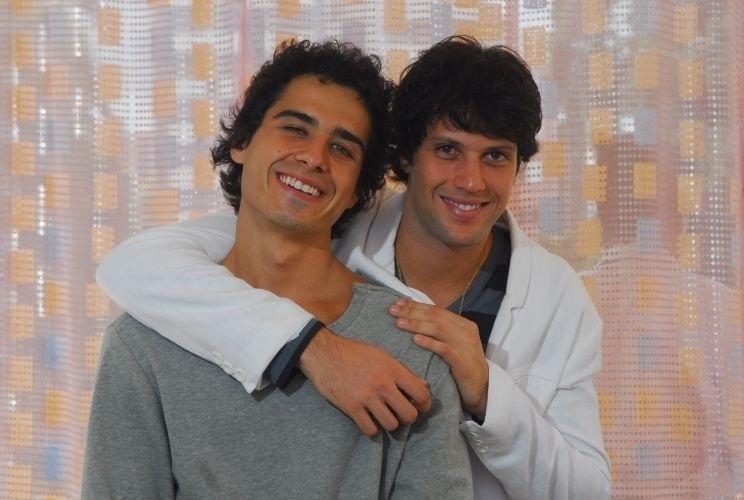 """2010 - Em """"Ti-Ti-Ti"""", Julinho (André Arteche) era um cabeleireiro que namorava Osmar (Gustavo Leão), que morre logo no início da trama. Na história, Julinho também se envolveu com o surfista Thales (Armando Babaioff)"""