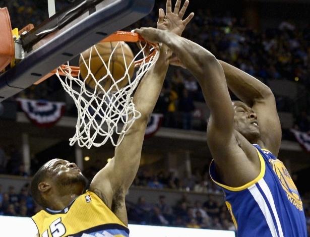 23.abr.2013 - Harrison Barnes dá linda enterrada de costas na vitória por 131 a 117, fora de casa, de seu Golden State Warriors sobre o Denver Nuggets, pelos playoffs da NBA