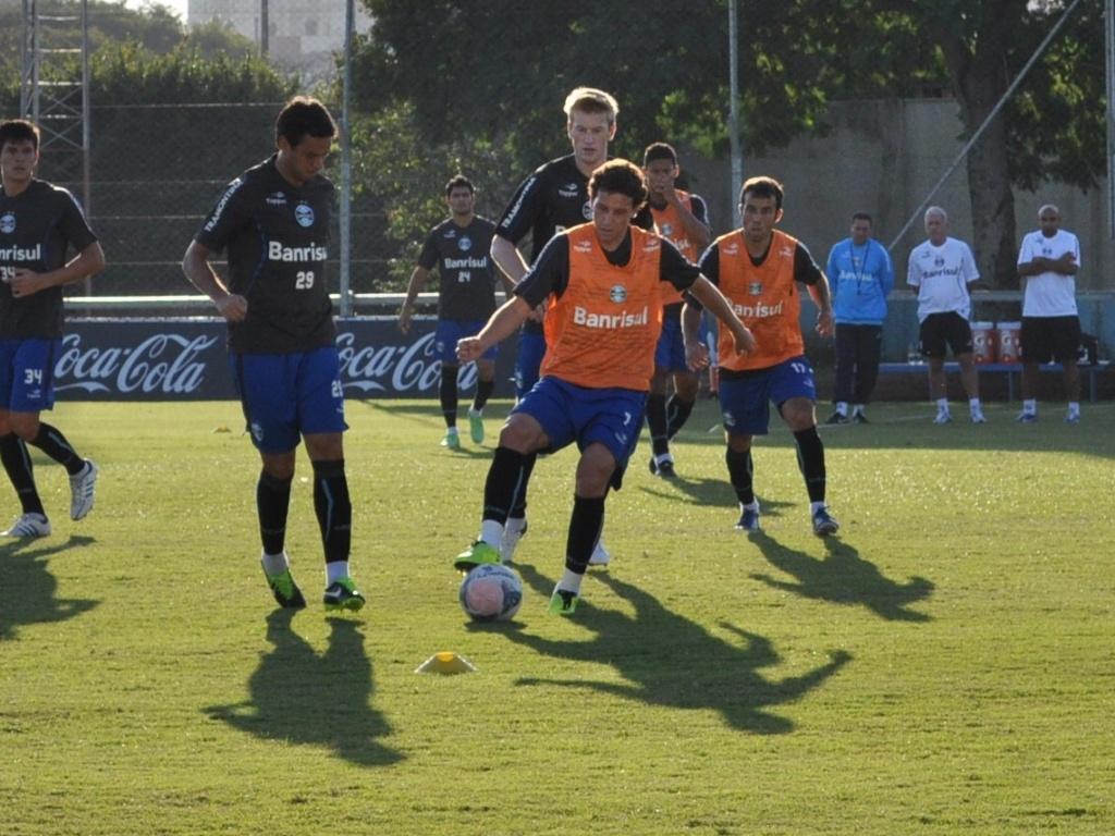 24.04.2013 - Elano é marcado por Marco Antonio em treino do Grêmio, ambos voltam de lesão