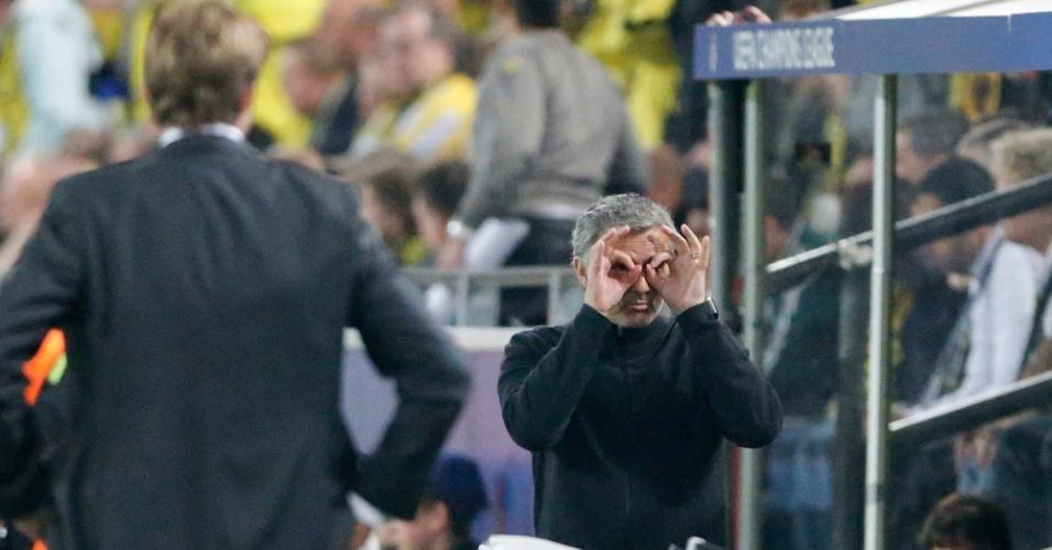 24.abr.2013 - Técnico José Mourinho faz gesto curioso durante a partida entre Real Madrid e Borussia Dortmund