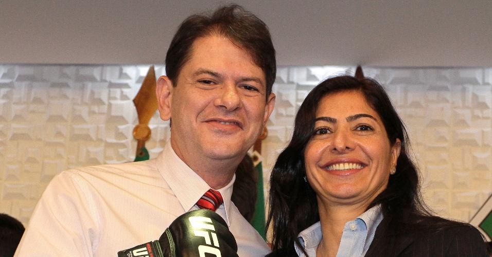 24.abr.2013 - A comandante do UFC no Brasil, Grace Tourinho, posou com o governador Cid Gomes em Fortaleza, nesta quarta, em evento que divulgou a venda de ingressos para o card de 8 de junho
