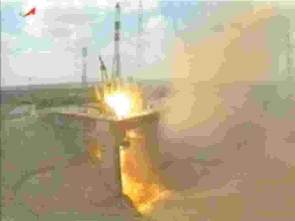 24.abr.2013 - A nave russa Progress é lançada ao espaço por um foguete Soyuz a partir do Cosmódromo de Baikonur, no Cazaquistão, nesta quarta-feira (24). Sua antena de navegação não se abriu, mesmo depois de quatro horas de voo, segundo agências de notícias russas. No entanto, fonte do Centro de Controle de Voos russo afirma que a falha não deverá afetar o acoplamento na Estação Espacial Internacional, previsto para a próxima sexta-feira (26). A nave russa leva 2,5 toneladas de carga para a plataforma orbital - Roscosmos/Reprodução