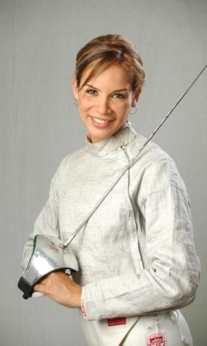 24.abr.2013 - Alejandra Benítez, nova ministra dos Esportes da Venezuela, posa para fotos vestindo equipamento de esgrima, esporte pelo qual ela disputou as Olimpíadas de 2004, 2008 e 2012 pela Venezuela