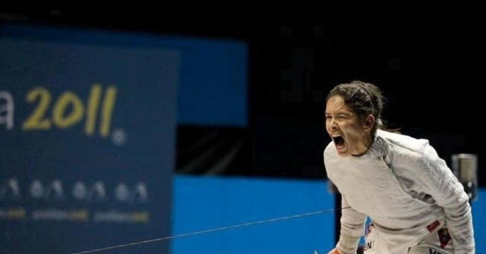 24.abr.2013 - Alejandra Benítez, nova ministra dos Esportes da Venezuela, vibra durante combate de esgrima, nos Jogos Pan-americanos de Guadalajara, em 2011. Na cidade mexicana, assim como nos Jogos de Santo Domingo, em 2003, ela conquistou a medalha de prata para a Venezuela
