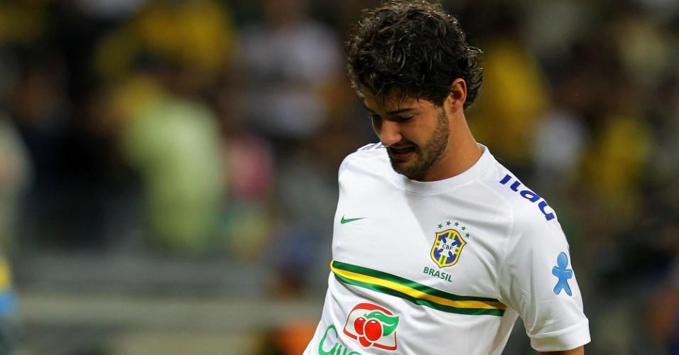 24.abr.2013 - Alexandre Pato faz aquecimento no gramado antes do amistoso entre Brasil e Chile, no Mineirão