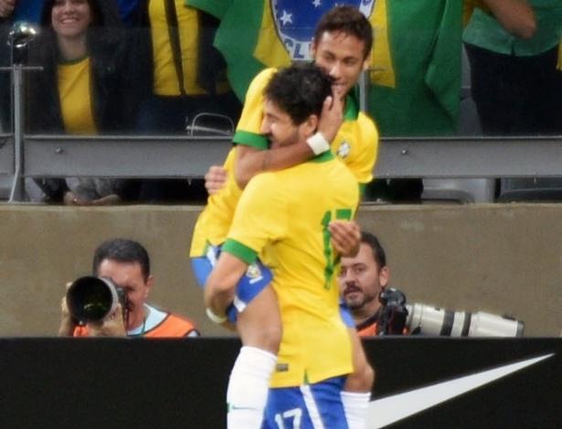 24.abr.2013 - Após assistência para gol de Neymar, ambos jogadores comemoram virada do Brasil sobre o Chile