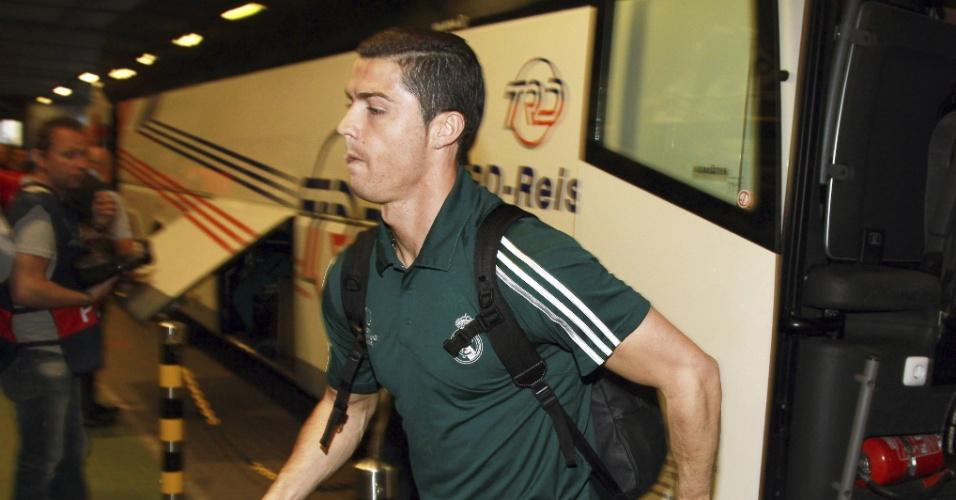 24.abr.2013 - Atacante Cristiano Ronaldo, do Real Madrid, desce do ônibus na chegada do time ao estádio Signal Iduma Park