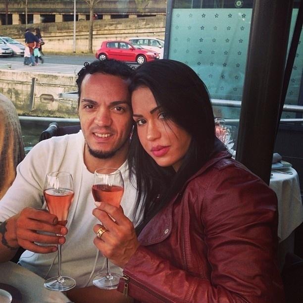 24.abr.2013 - Belo e Gracyanne tomam vinho em Paris
