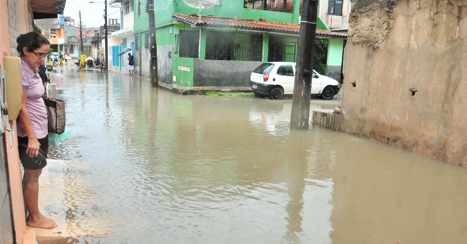 24.abr.2013 - Casas e ruas ficam alagadas por causa das fortes chuvas que caem em Salvador, nesta quarta-feira (24)