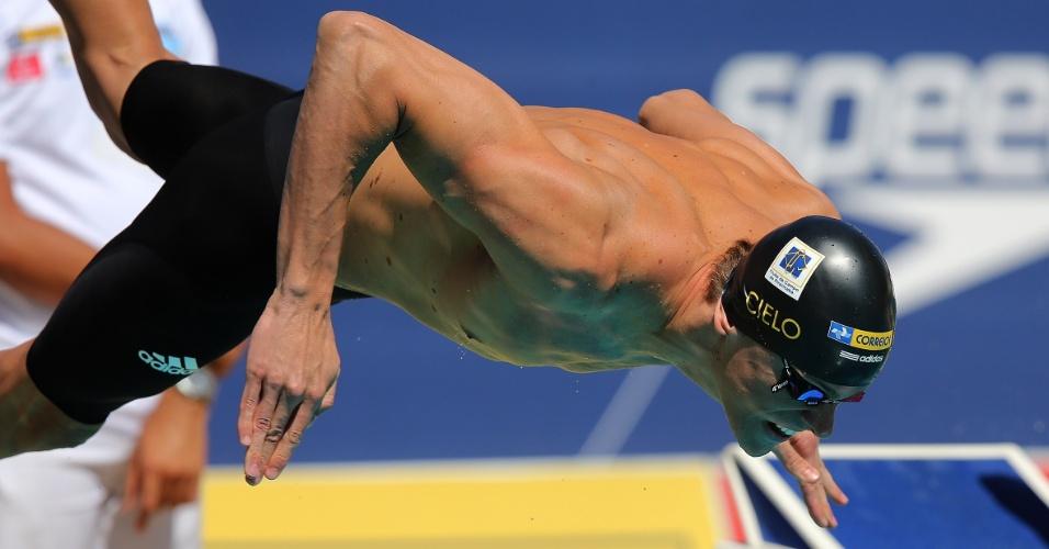 24.abr.2013 - Cesar Cielo salta na piscina durante o Troféu Maria Lenk