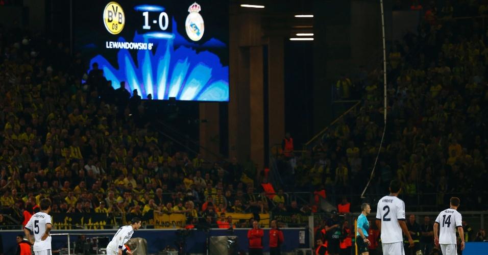 24.abr.2013 - Cristiano Ronaldo se prepara para bater falta enquanto placar apontava vitória do Borussia