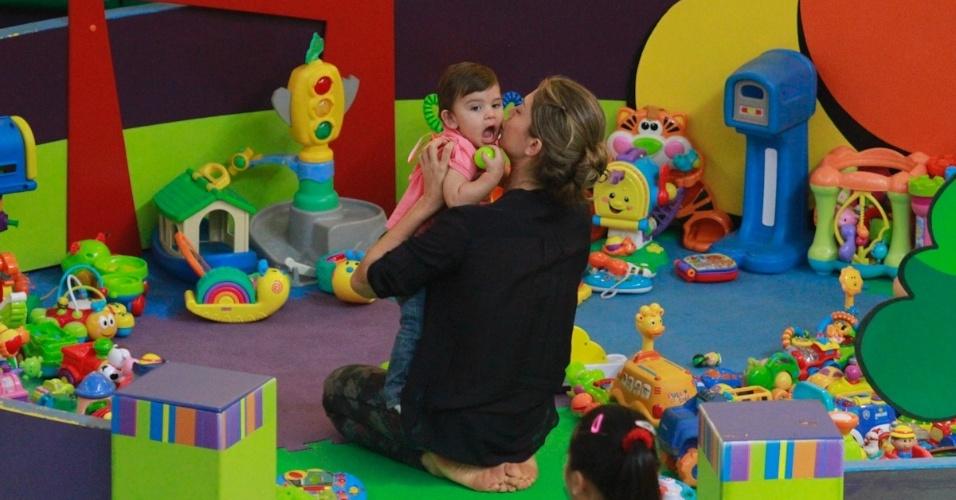 """24.abr.2013 - De folga das gravações da novela """"Flor do Caribe"""", Grazi leva a filha Sofia para brincar em um parquinho de um shopping, no Rio"""