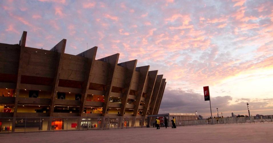 24.abr.2013 - Estádio do Mineirão recebe torcedores nesta quarta-feira para o amistoso entre Brasil e Chile