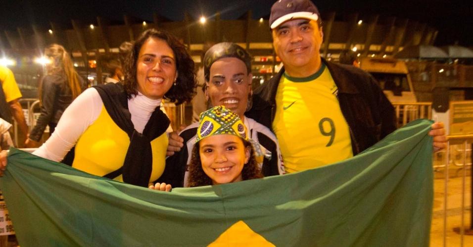 24.abr.2013 - Família de torcedores exibe bandeira nacional e um boneco do Ronaldinho Gaúcho antes do amistoso entre Brasil e Chile