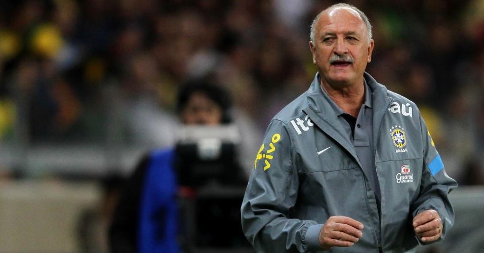 24.abr.2013 - Felipão, treinador da seleção brasileira, orienta os jogadores durante amistoso contra o Chile no Mineirão