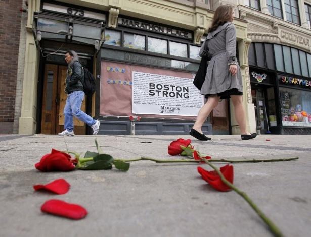 24.abr.2013 - Flores são deixadas na calçada da Boylston Street, no local onde ocorreu a primeira explosão na Maratona de Boston (EUA). A rua foi aberta hoje para o tráfego pela primeira vez desde as explosões que deixaram três pessoas mortas