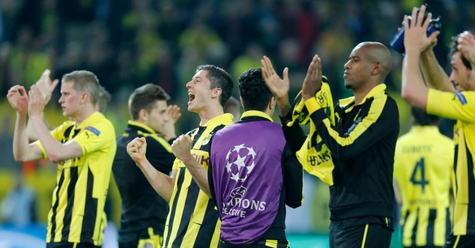 24.abr.2013 - Jogadores do Borussia saúdam a torcida após vencerem o Real Madrid por 4 a 1 na Liga dos Campeões