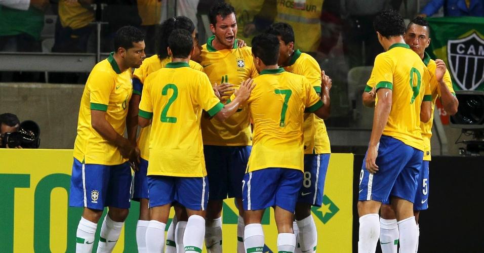 24.abr.2013 - Jogadores do Brasil comemoram gol marcado pelo zagueiro Réver no amistoso contra o Chile