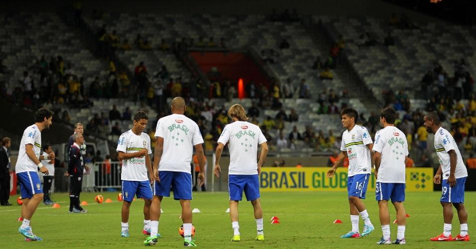 24.abr.2013 - Jogadores do Brasil fazem o aquecimento momentos antes do início da partida amistosa contra o Chile, no Mineirão