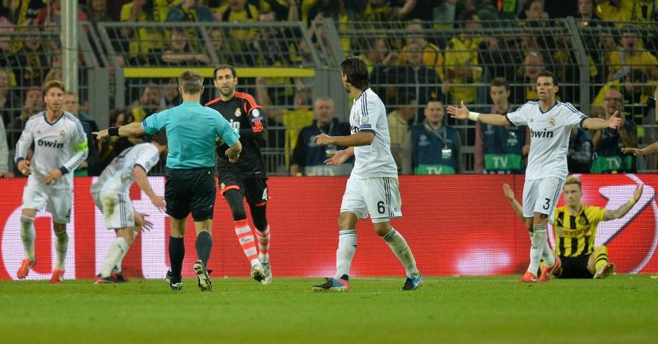 24.abr.2013 - Jogadores do Real Madrid protestam contra a arbitragem por marcação de pênalti a favor do Borussia Dortmund