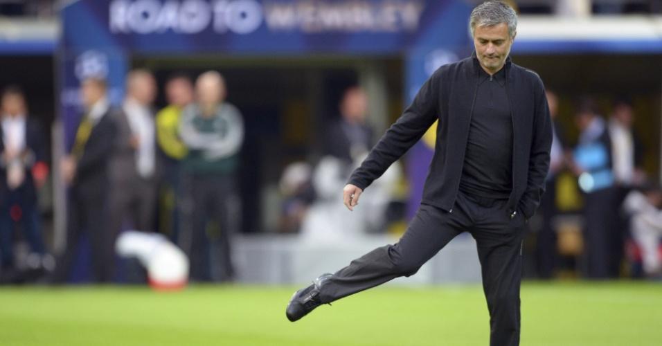 24.abr.2013 - José Mourinho chuta uma bola antes do jogo entre Borussia e Real Madrid pela semifinal da Liga dos Campeões