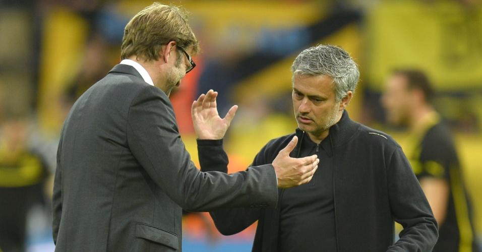 24.abr.2013 - José Mourinho, do Real Madrid, e Juergen Klopp, do Borussia Dortmund, se cumprimentam antes do início do jogo