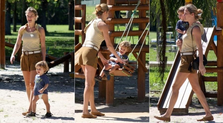 24.abr.2013 - Letícia Birkheuer brinco com o filho João em um parquinho na Lagoa Rodrigo de Freitas, zona sul do Rio