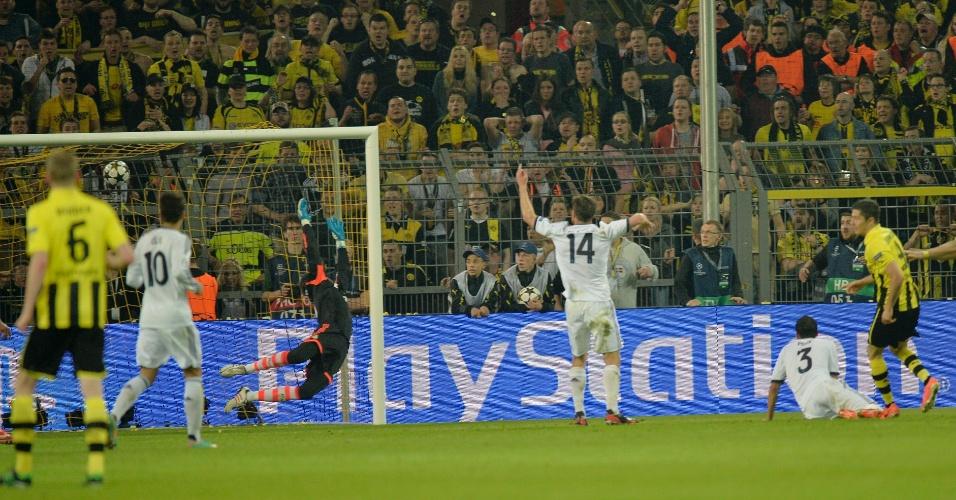 24.abr.2013 - Lewandowski acerta o ângulo de Diego Lopez para marcar o quarto gol do Borussia Dortmund na partida