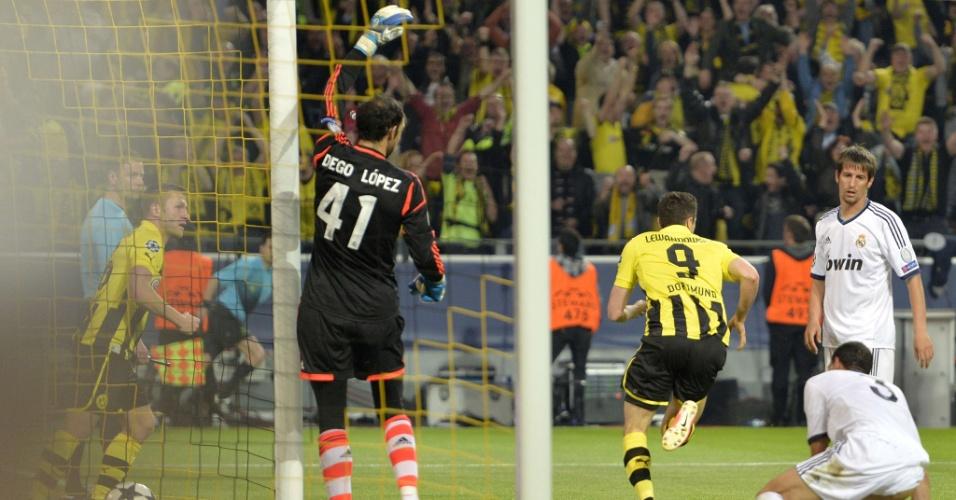 24.abr.2013 - Lewandowski sai para comemorar gol do Real Madrid enquanto goleiro do Real Madrid reclama de impedimento no lance