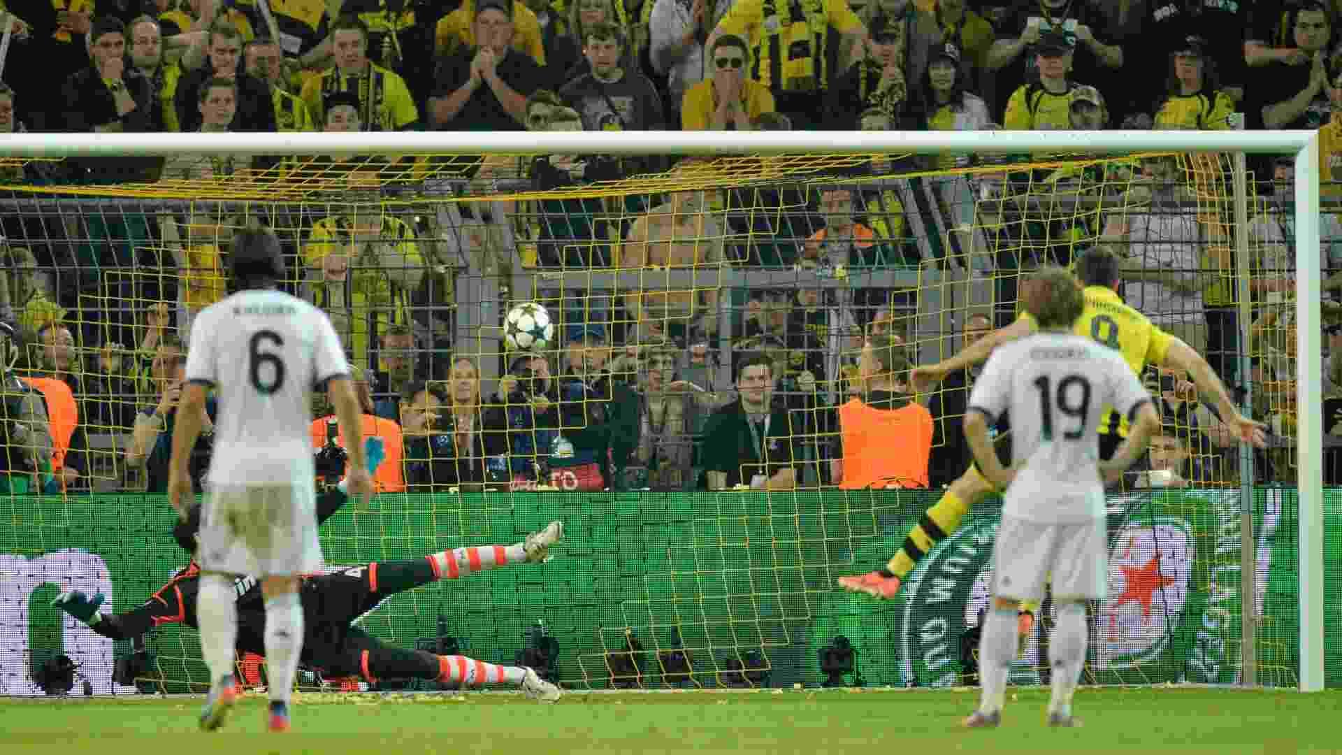 24.abr.2013 - Lewandowski solta a bomba de pênalti para marcar o quarto gol do Borussia Dortmund contra o Real Madrid pela primeira semifinal da Liga dos Campeões - AP Photo/Martin Meissner