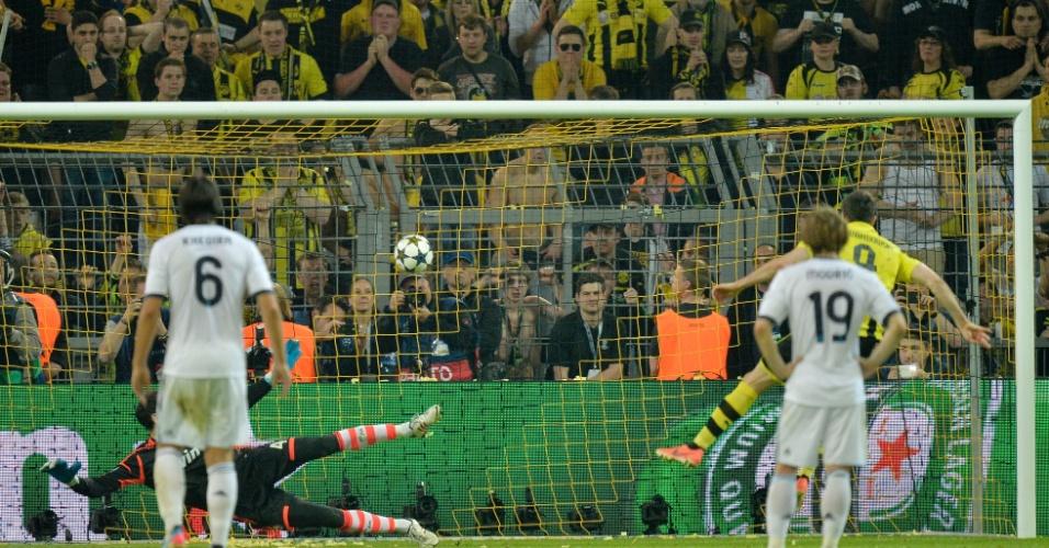 24.abr.2013 - Lewandowski solta a bomba de pênalti para marcar o quarto gol do Borussia Dortmund contra o Real Madrid pela primeira semifinal da Liga dos Campeões