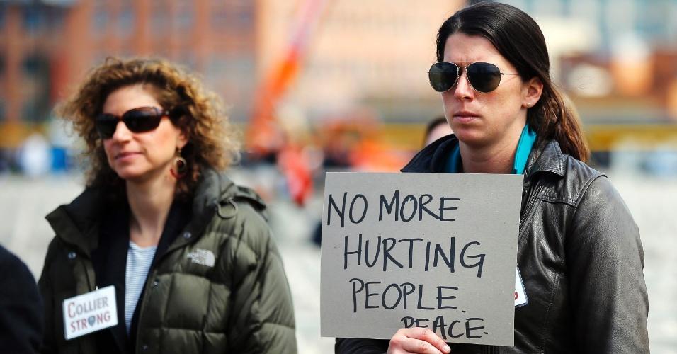 24.abr.2013 - Membros do MIT (Instituto de Tecnologia de Massachusetts) participam de homenagem ao policial Sean Collier, em Cambridge, nesta quarta-feira (24). Collier foi supostamente morto em tiroteio entre a polícia e os irmãos Dzhokhar e Tamerlan Tsarnaev, acusados de atentados à Maratona de Boston