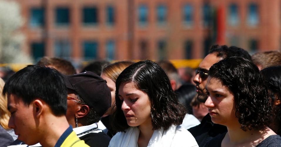 24.abr.2013 - Mulher chora no funeral do policial Sean Collier, morto na última quinta-feira (18) durante perseguição aos irmãos Tsarnaev, segundo autoridades americanas. A homenagem foi realizada nesta quarta-feira, no campus do MIT (Massachusets Institute of Technology), em Cambridge, nos Estados Unidos
