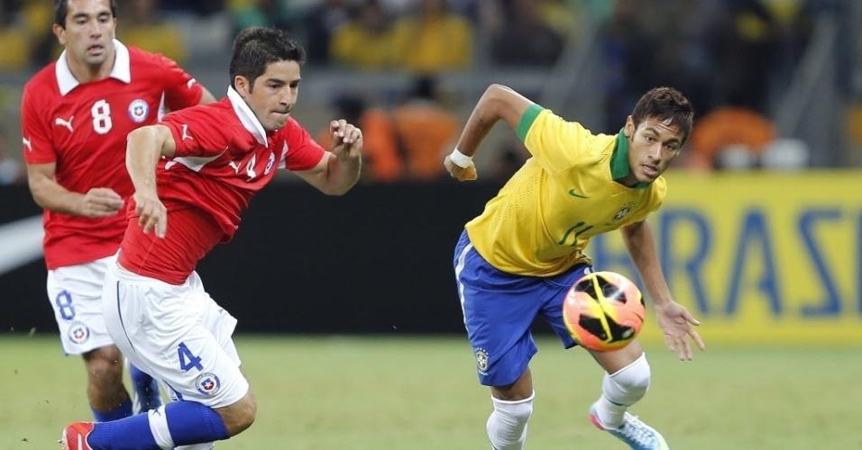 24.abr.2013 - Neymar disputa a posse da bola com Cristian Álvarez durante primeiro tempo da partida entre Brasil e Chile