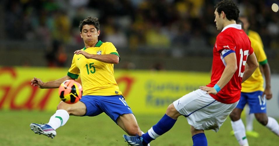 24.abr.2013 - Osvaldo, atacante do São Paulo, disputa a bola durante amistoso entre Brasil e Chile, no Mineirão