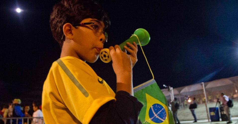 24.abr.2013 - Pequeno torcedor se diverte antes da partida entre Brasil e Chile, no Mineirão
