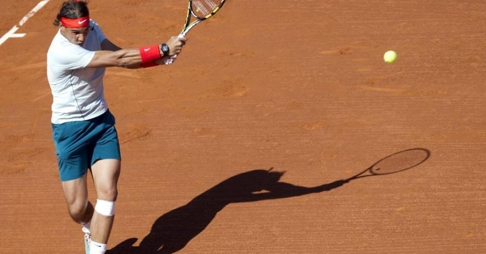 24.abr.2013 - Rafael Nadal dispara o backhand contra Carlos Berlocq em sua estreia no ATP 500 de Barcelona