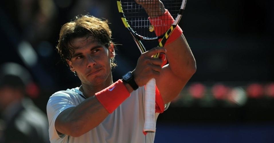 24.abr.2013 - Rafael Nadal saúda o público após vencer Carlos Berlocq por 2 a 0 em Barcelona