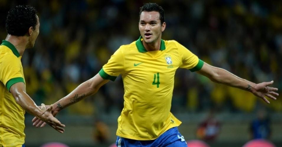 24.abr.2013 - Réver, zagueiro do Atlético-MG, comemora depois de marcar para o Brasil na partida contra o Chile, no Mineirão