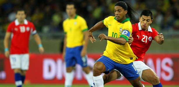 Ronaldinho Gaúcho foi titular e capitão da seleção brasileira no empate com o Chile