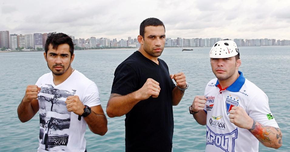 24.abr.2013 - Técnico do TUF Brasil 2, Fabrício Werdum posa com Rony Jason e Godofredo Pepey. O trio foi à orla de Fortaleza para divulgar o card da final do reality show, em 8 de junho
