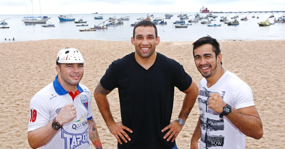 24.abr.2013 - Técnico do TUF Brasil 2, Fabrício Werdum posa com Rony Jason e Godofredo Pepey. O trio posou na orla de Fortaleza para divulgar o card da final do reality show, em 8 de junho