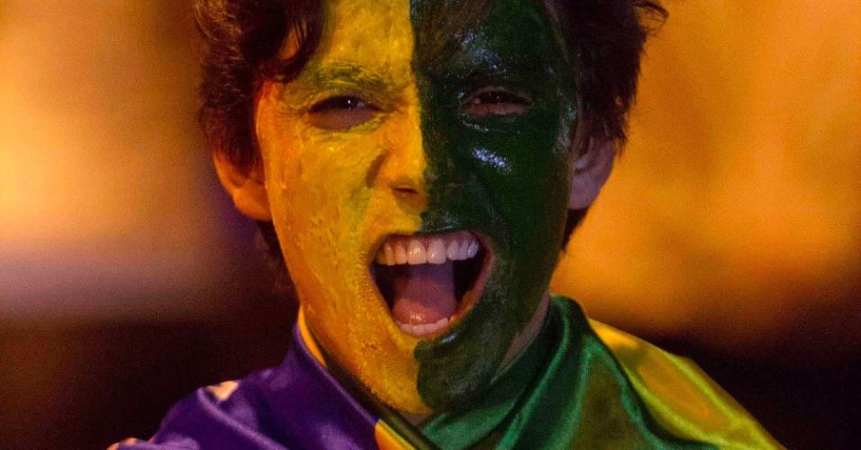 24.abr.2013 - Torcedor pinta a cara para acompanhar o amistoso entre Brasil e Chile, nesta quarta-feira, no Mineirão