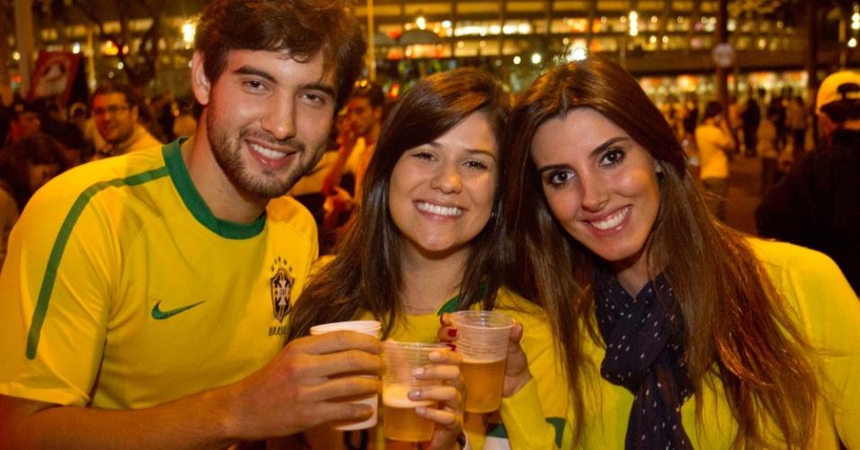 24.abr.2013 - Torcedores brindam com copos de cerveja na entrada do Mineirão, antes do início do amistoso entre Brasil e Chile