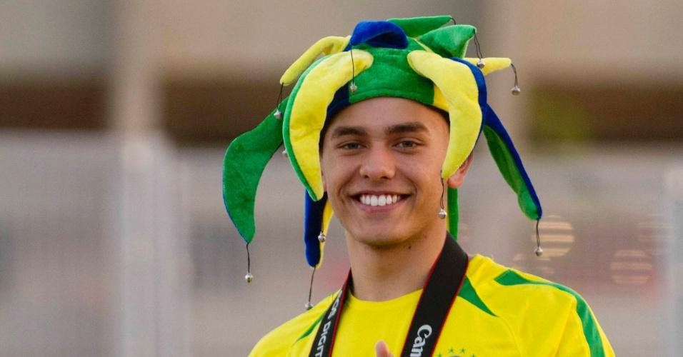 24.abr.2013 - Torcedores chegam no estádio do Mineirão para acompanhar a partida amistosa entre Brasil e Chile, nesta quarta-feira