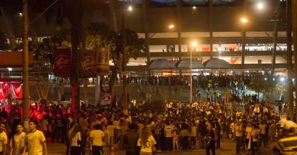 24.abr.2013 - Torcedores começam a chegar e enchem as ruas nos arredores do Mineirão para acompanhar o amistoso entre Brasil e Chile