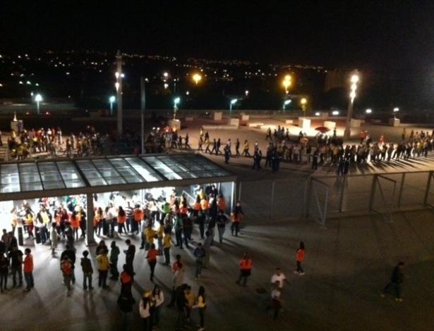 24.abr.2013 - Torcedores formam fila para entrar no Mineirão para acompanhar o amistoso entre Brasil e Chile