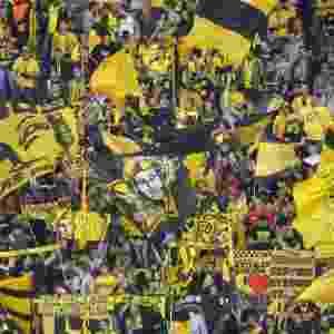 24.abr.2013 - Torcida do Borussia Dortmund faz festa antes do começo da partida contra o Real Madrid - AFP PHOTO / ODD ANDERSEN