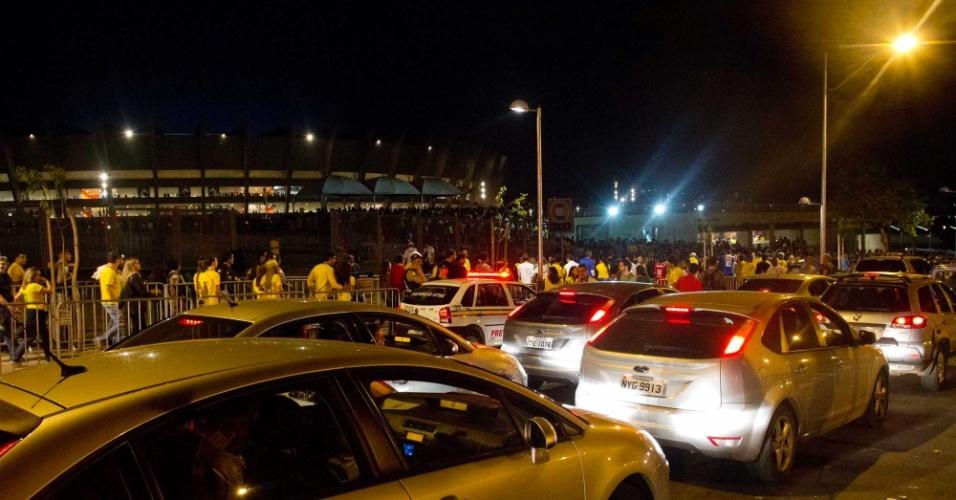24.abr.2013 - Trânsito ficou pesado nos arredores do Mineirão momentos antes do início do amistoso entre Brasil e Chile